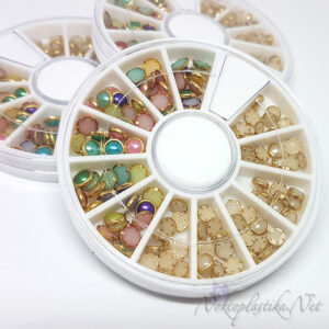 Цветни и бели перли с обков за нокти